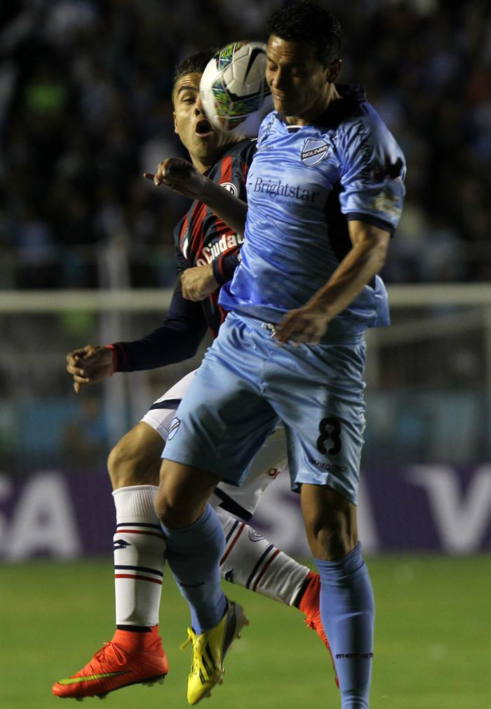 El jugador José Luis Chávez de Bolívar de Bolivia (d) disputa el balón con Héctor Villalba de San Lorenzo de Argentina. EFE