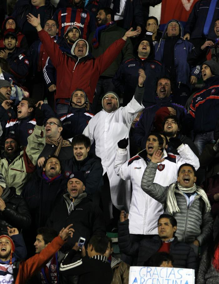 Hinchas de San Lorenzo celebran la clasificación del equipo a la final del torneo. EFE