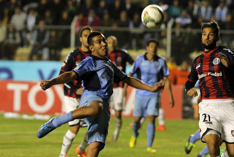 El jugador Gerardo Yecerote (i) de Bolívar anota un gol ante San Lorenzo. EFE