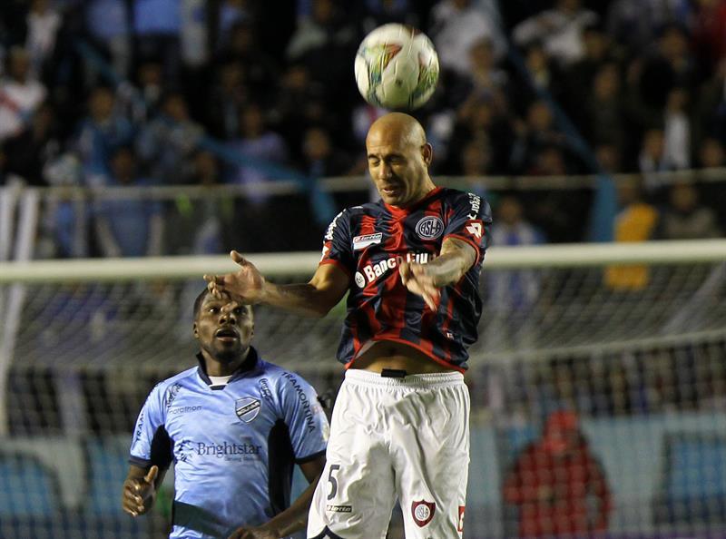 El jugador Carlos Tenorio de Bolívar (i) disputa el balón con Juan Mercier (d) de San Lorenzo. EFE