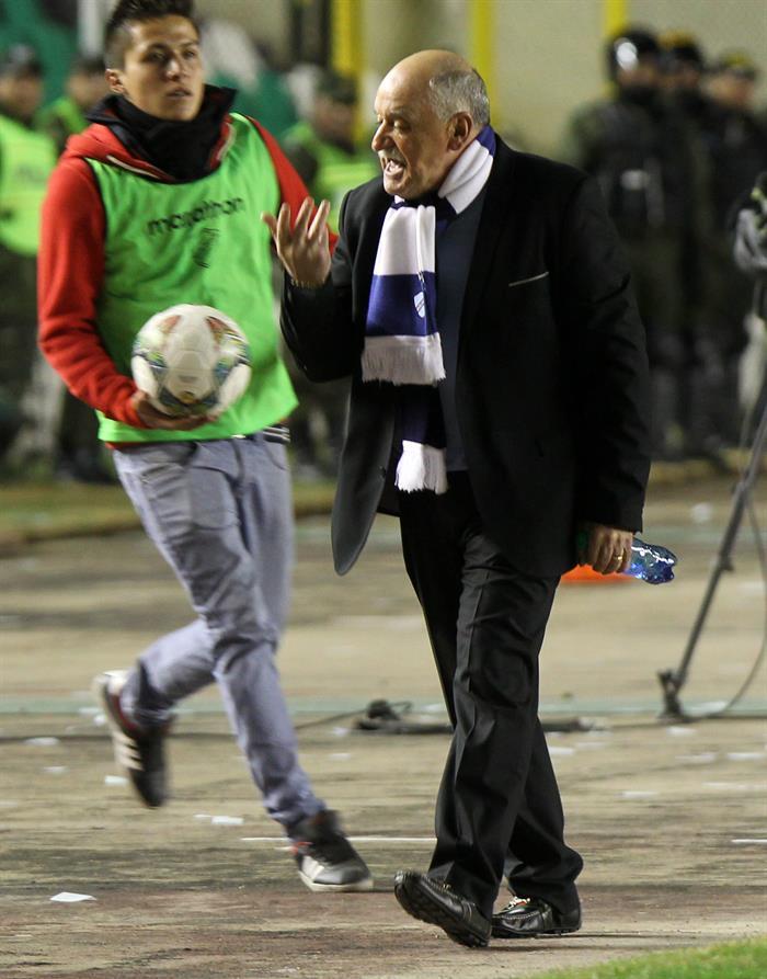 El director técnico de Bolívar, Xavier Azkargorta (d), se enfada tras una jugada ante San Lorenzo. EFE