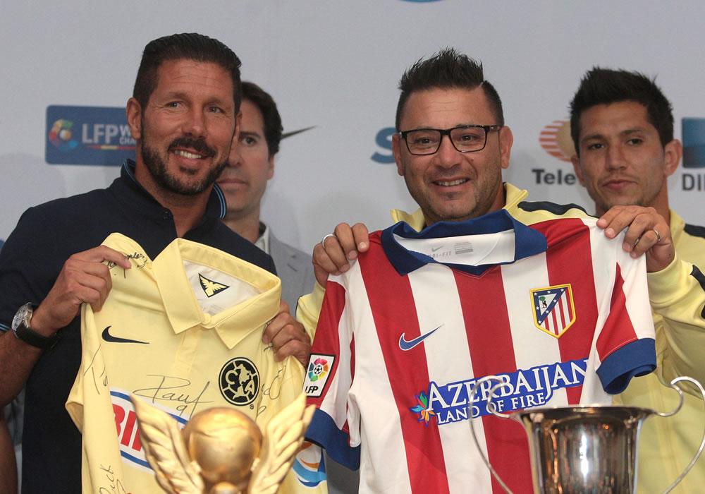 El DT del Atlético de Madrid, el argentino Diego Simeone (i), y su par del América mexicano, Antonio Mohamed (c), posan durante una rueda de prensa. Foto: EFE