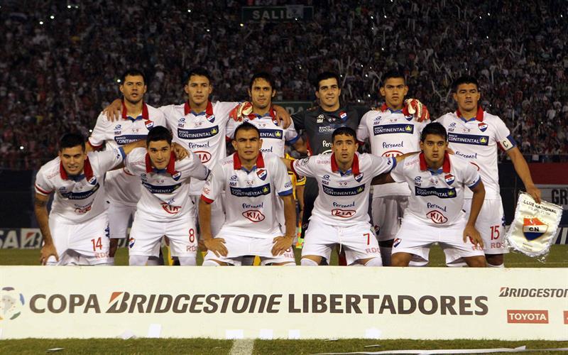 Jugadores de Nacional posan antes del primer partido por la final de la Copa Libertadores. Foto: EFE
