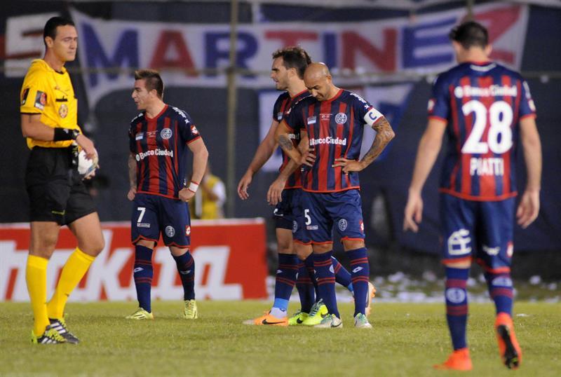El jugador del Nacional Julio Santa Cruz (c) celebra un gol ante San Lorenzo. Foto: EFE