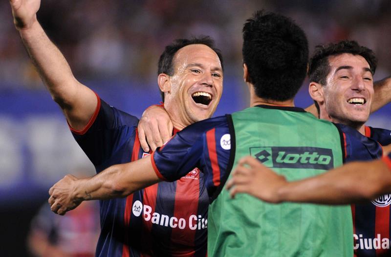 El jugador de San Lorenzo de Mauro Matos (i) celebra después de anotar contra el Nacional. Foto: EFE