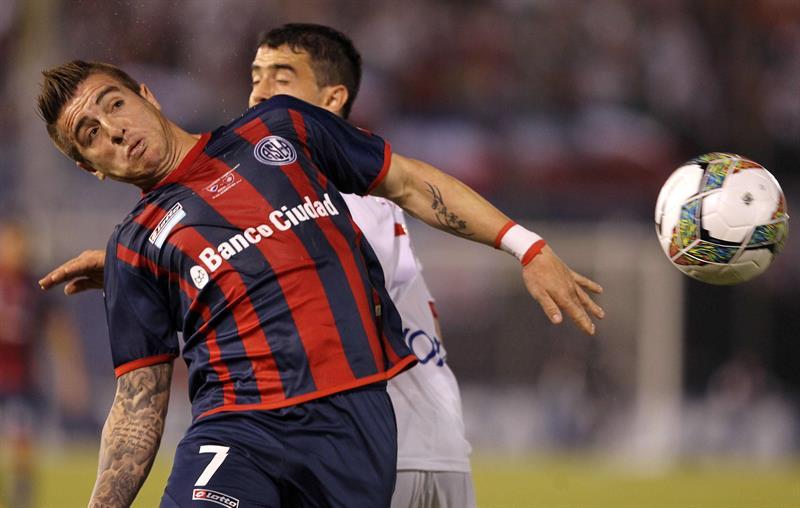 El jugador de San Lorenzo Enmanuel Mas (d) disputa el balón con Ramón Coronel de Nacional. Foto: EFE