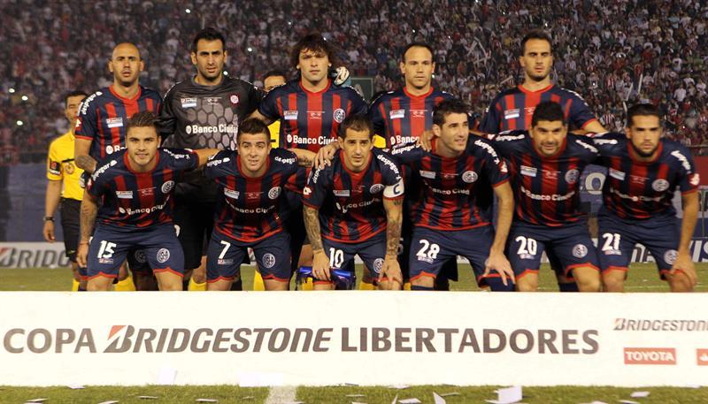 Jugadores de San Lorenzo posan antes del primer partido por la final de la Copa Libertadores. Foto: EFE