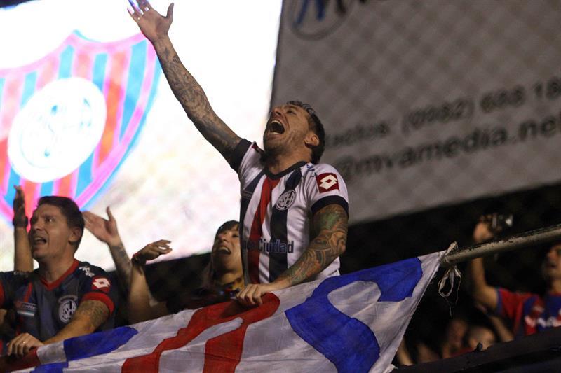 Aficionados del San Lorenzo animan a su equipo  antes del primer partido por la final de la Copa Libertadores. Foto: EFE