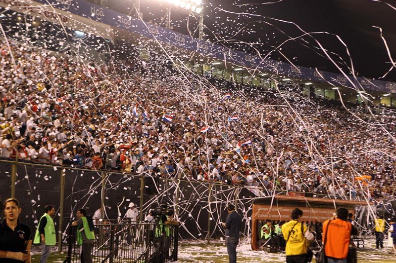 Aficionados de Nacional animan a su equipo antes del primer partido por la final de la Copa Libertadores. Foto: EFE