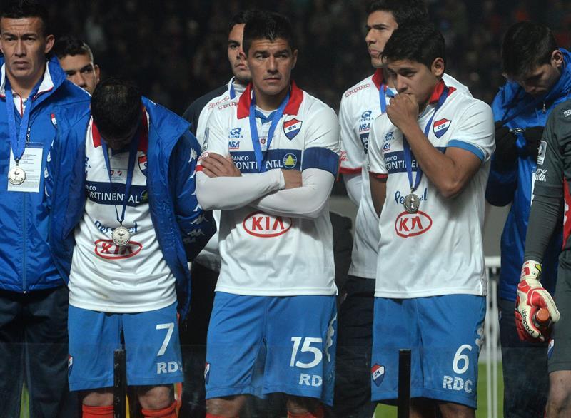 Jugadores de Nacional observan a los de San Lorenzo celebrar tras ganar la final de la Copa Libertadores. Foto: EFE
