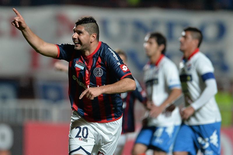 El jugador de San Lorenzo Néstor Ortigoza celebra después de anotar un gol ante Nacional. Foto: EFE