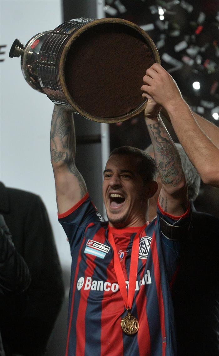 Leandro Romagnoli de San Lorenzo levanta un trofeo al ganar la final de la Copa Libertadores. Foto: EFE