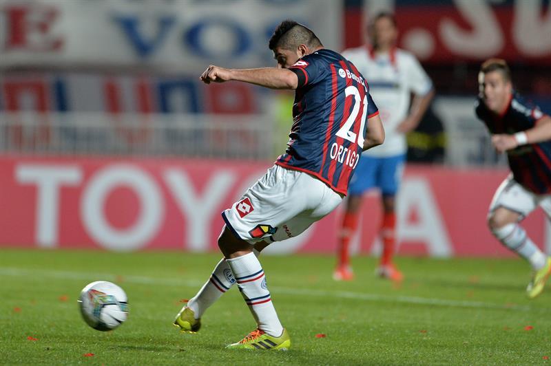 El jugador de San Lorenzo Néstor Ortigoza anota un gol ante Nacional. Foto: EFE