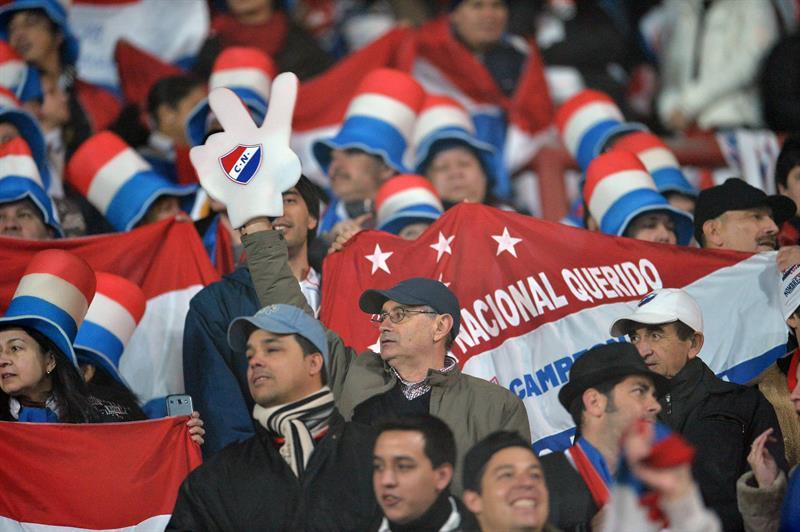 Aficionados de Nacional asisten al partido por la final de la Copa Libertadores. Foto: EFE