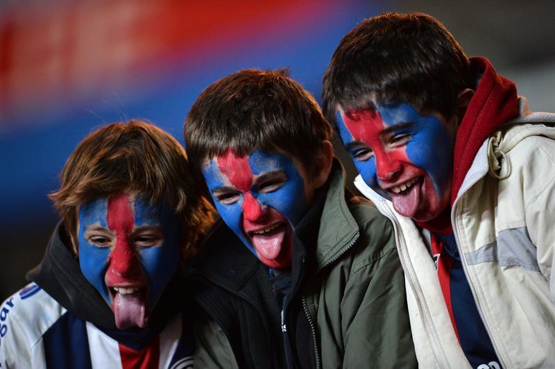 Niños hinchas del San Lorenzo asisten al partido por la final de la Copa Libertadores. EFE