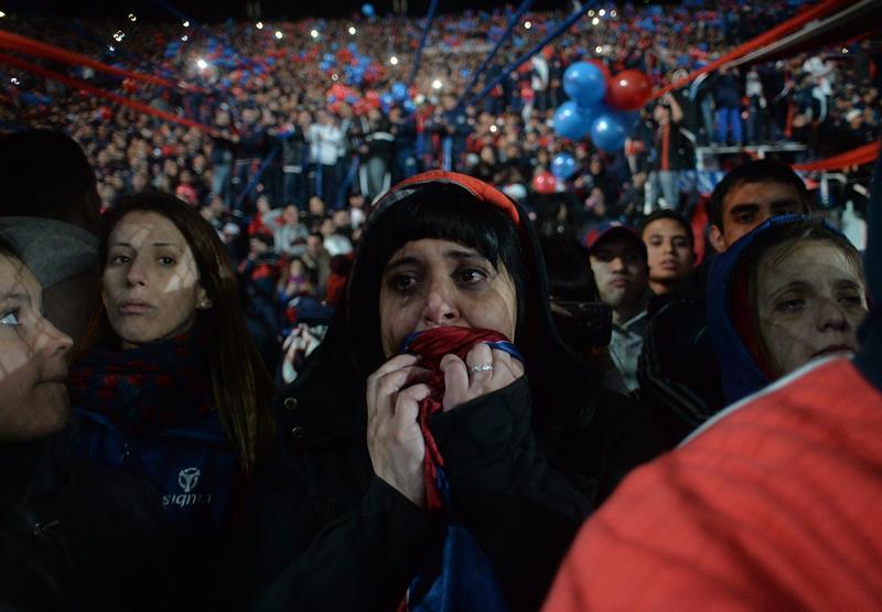 Una fanática de San Lorenzo llora después de que su equipo ganara la final de la Copa Libertadores. Foto: EFE