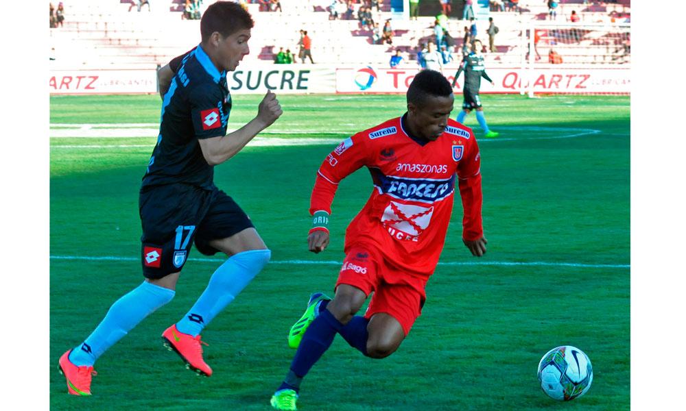 Ramiro Ballivian (d) de Universitario de Sucre es marcado por Francisco Castro (i), del Deportes Iquique. Foto: EFE