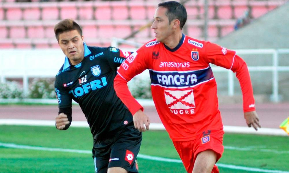 El jugador de Universitario, Mauricio Saucedo (d) trata de superar la marca de Marcelo Jorguera (i), de Deportes Iquique. Foto: EFE