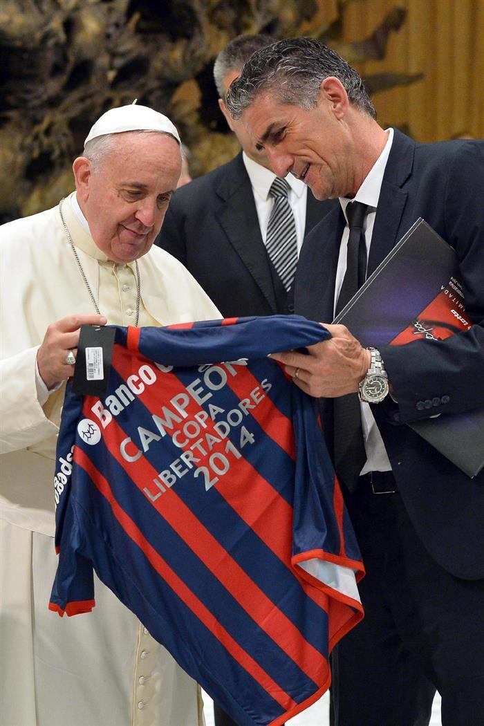 Fotografía facilitada por el Observador Romano que muestra al papa Francisco (i), recibiendo una camiseta de uno de los jugadores del San Lorenzo, que ganó este año la Copa Libertadores. EFE