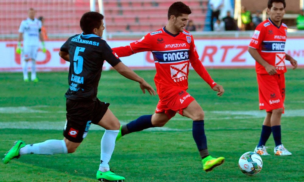 El jugador de Universitario de Sucre, Rubén Cuesta (c) es marcado por Rafael Caroca (i), del Deportes Iquique. Foto: EFE