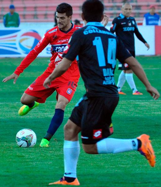 El jugador de Universitario Rubén Cuesta (i) es marcado por Misael Dávila (c), de Deportes Iquique. Foto: EFE