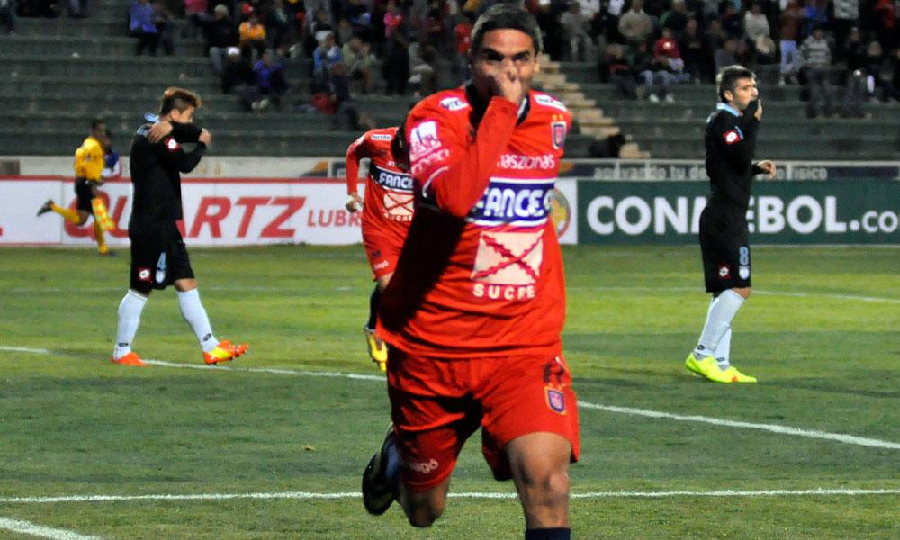 El jugador de Universitario de Sucre, Martín Palavicini, celebra después de anotar el segundo gol de su equipo ante Deportes Iquique. Foto: EFE