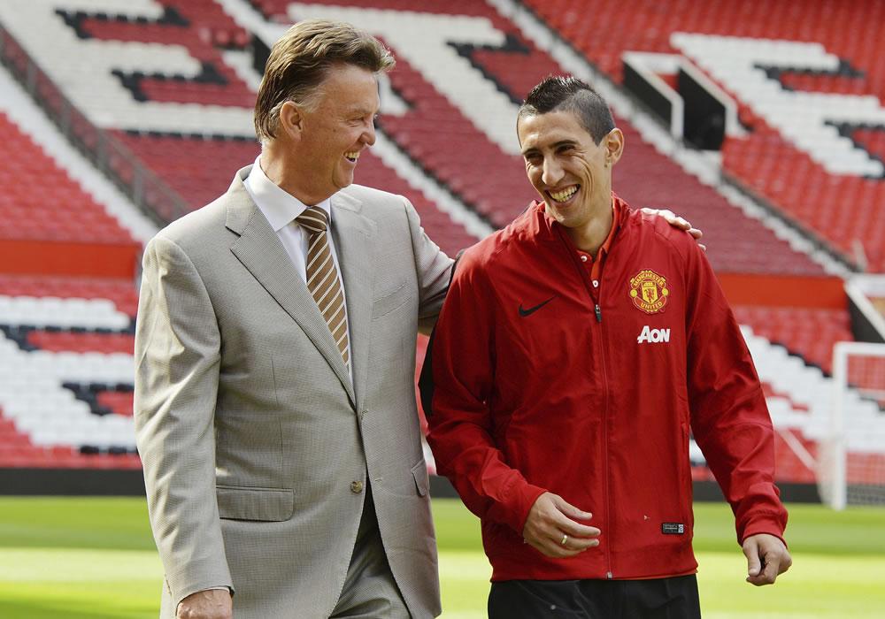 El nuevo extremo del Manchester United, el argentino Ángel Di María (d), y su nuevo entrenador, el holandés Louis Van Gaal (i), conversan mientras caminan en el césped del estadio de Old Trafford. Foto: EFE