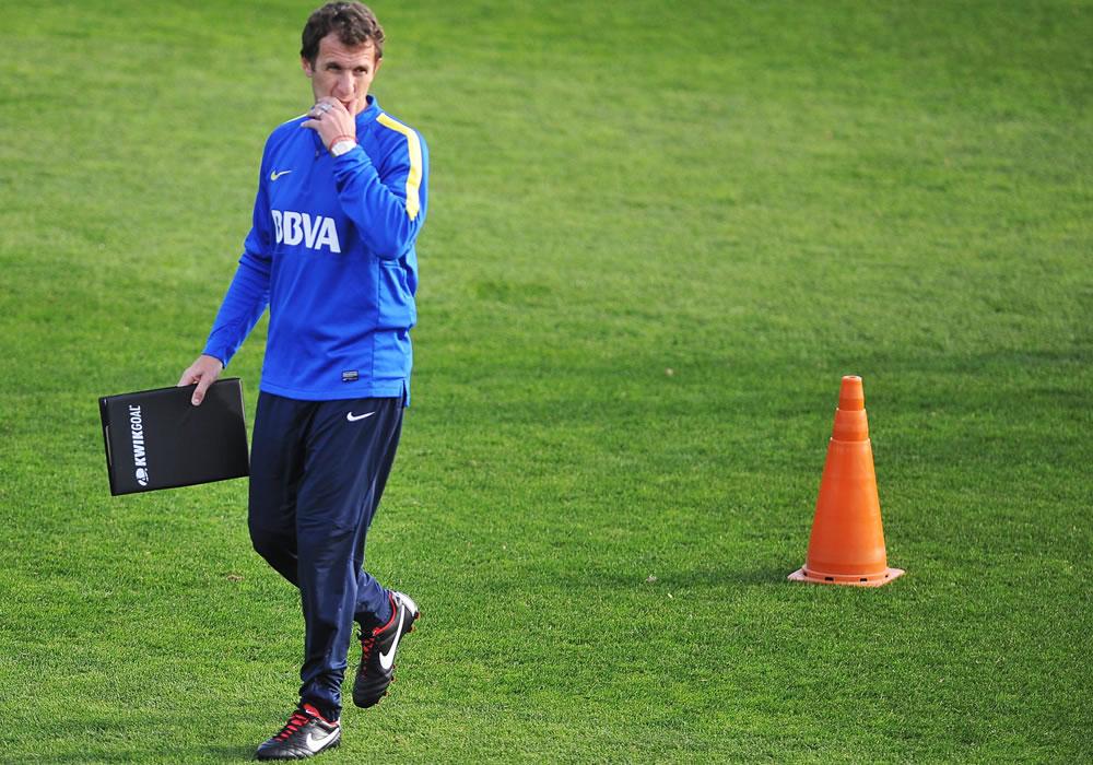 El nuevo técnico del Boca Juniors, Rodolfo Arruabarrena, lidera un entrenamiento del equipo. Foto: EFE
