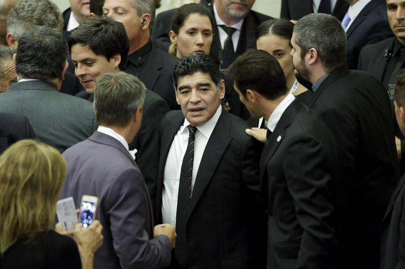 El exfutbolista argentino Diego Armando Maradona (c) asiste a un encuentro con el papa. EFE