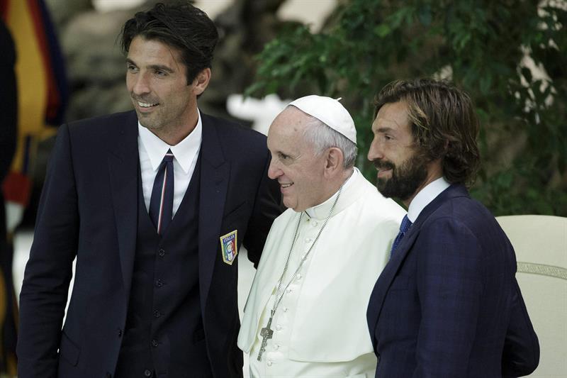 El papa Francisco (c) posa con los futbolistas italianos Gianluigi Buffon (i) y Andrea Pirlo durante su encuentro con jugadores que participarán en el