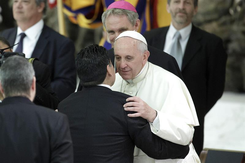 El exfutbolista argentino Diego Armando Maradona (c) es saludado por el papa. EFE
