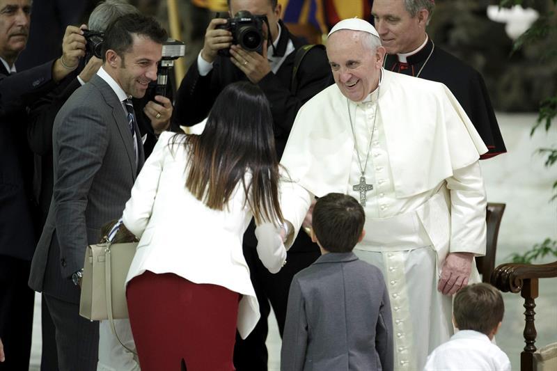 El papa Francisco (d) saluda al futbolista italiano Alessandro Del Piero (i) y a su familia durante su encuentro con los jugadores que participarán en el