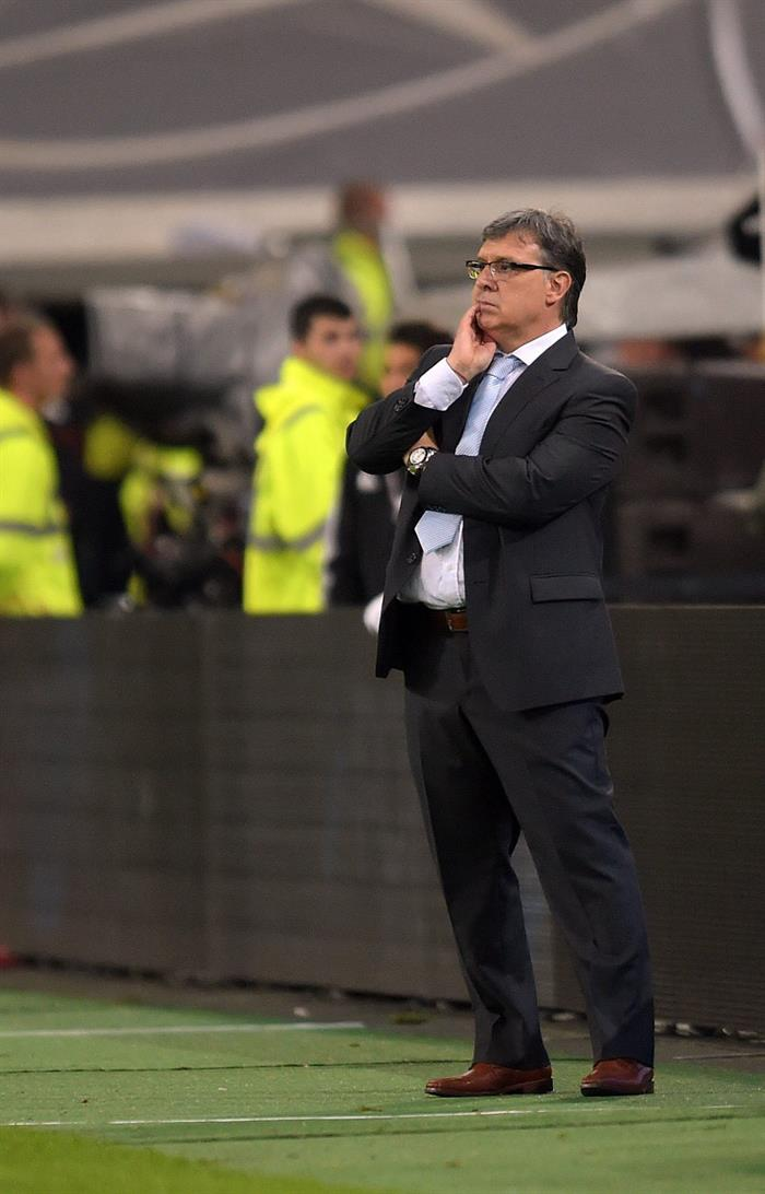 El director técnico de Argentina, Gerardo Martino, osbserva las acciones ante Alemania. EFE