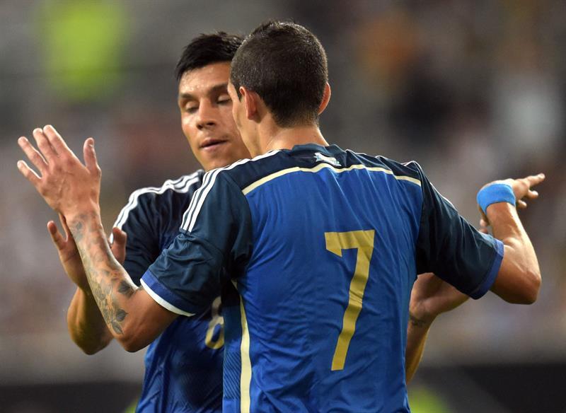 Ángel di María (d) y Enzo Pérez (i) de Argentina celebra el 2-0 ante Alemania. EFE