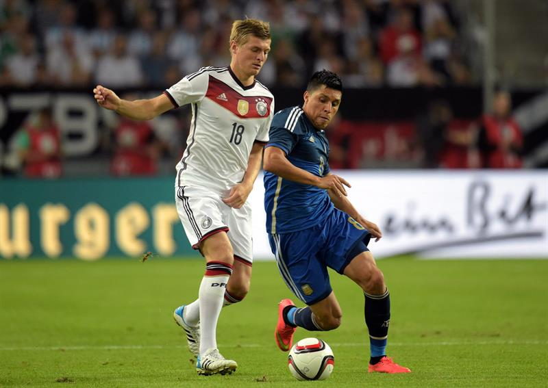 Toni Kroos (i) de Alemania ante Lucas Bugliam (d) de Argentina. EFE