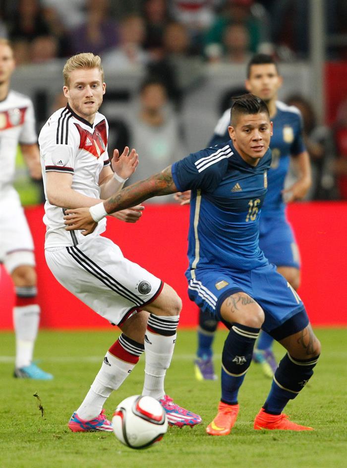 Andre Schurrle (i) de Alemania ante Marcos Rojo (d) de Argentina. EFE