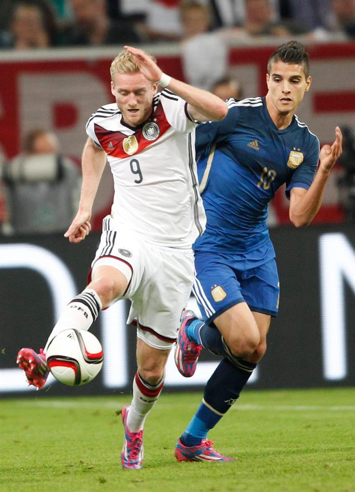 Andre Schurrle (i) de Alemania ante Erik Lamela (d) de Argentina. EFE