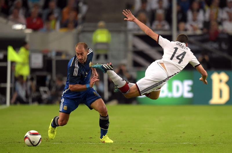 Julian Draxler (d) de Alemania ante Pablo Zabaleta (i) de Argentina. EFE
