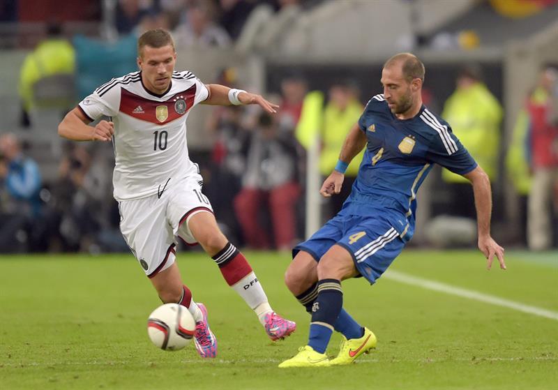 Lukas Podolski (i) de Alemania ante Pablo Zabaleta (d) de Argentina. EFE