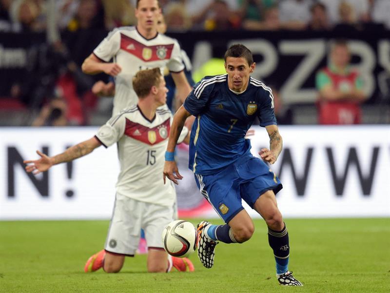 Ángel di María (d) de Argentina en acción ante Alemania. EFE