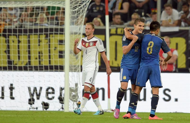 Erik Lamela (c) y Enzo Pérez (d) de Argentina celebran el 2-0 ante Alemania. EFE