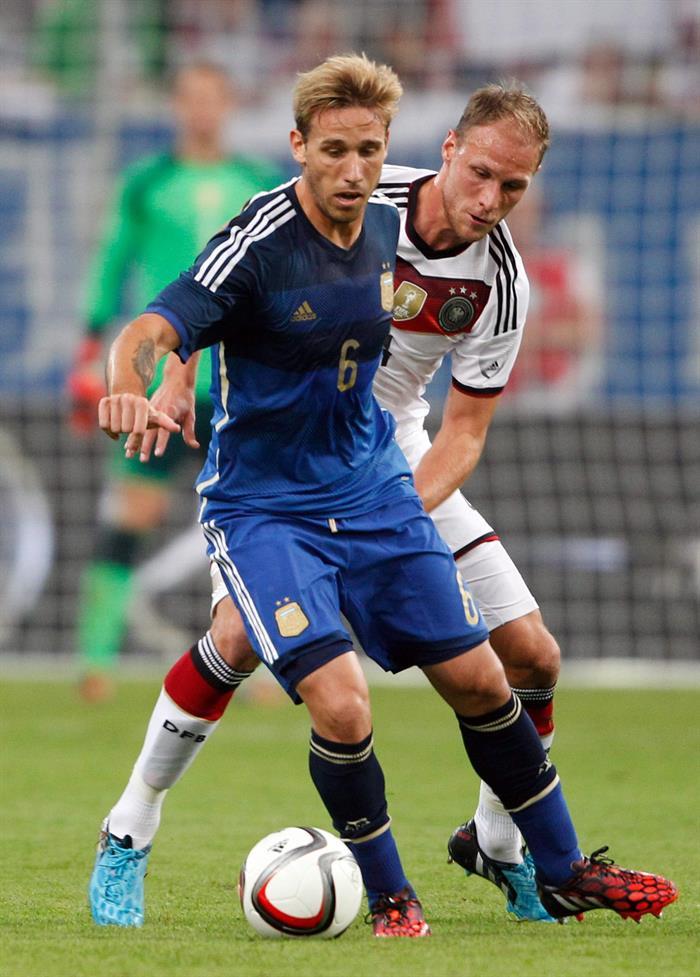 Benedikt Höwedes (d) de Alemania ante Lucas Biglia (i) de Argentina. EFE
