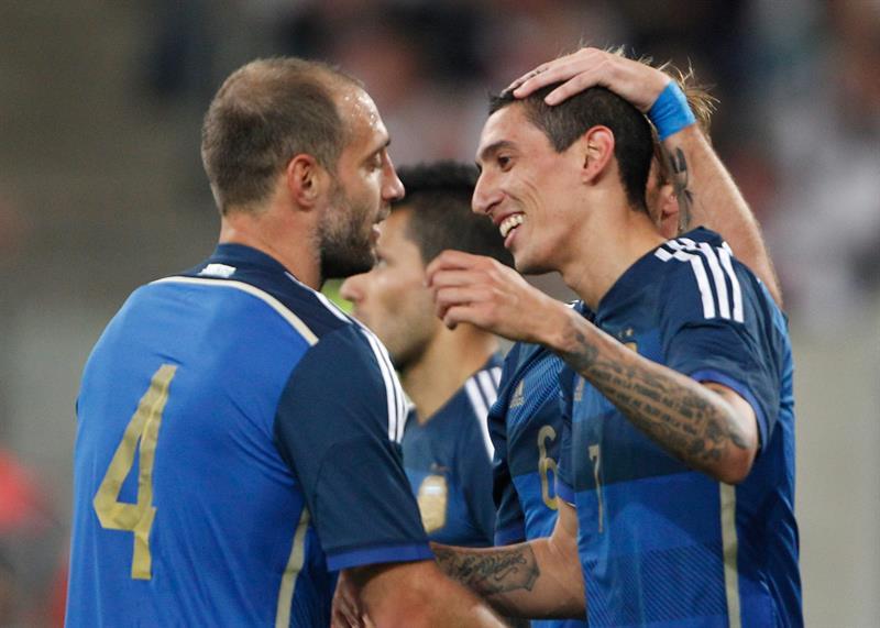 Ángel di María (d) de Argentina celebra el 4-0 ante Alemania. EFE