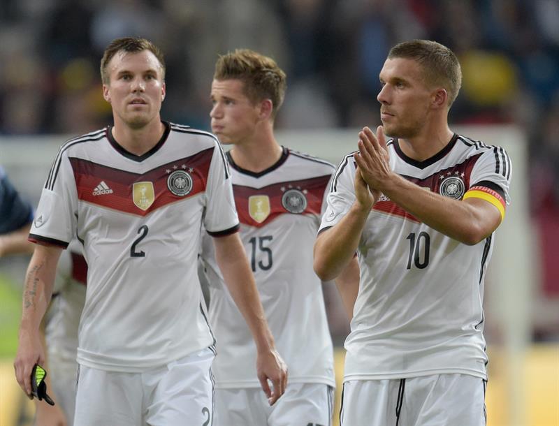 Kevin Grobkreutz (i), Erik Durm (c) y Lukas Podolski (d) de Alemania salen del campo tras ser derrotados 4-2 por Argentina. EFE