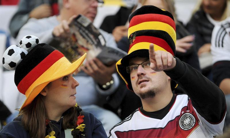 Seguidores alemanes esperan al inicio del partido amistoso que les va a enfrentar a Argentina. EFE