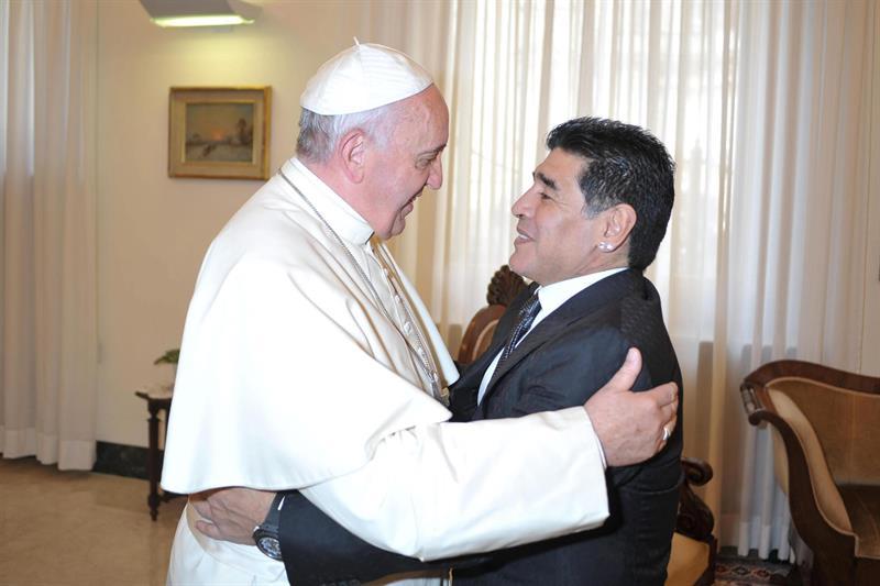 Imagen cedida por el diario oficial del Vaticano, L'Osservatore Romano, del papa Francisco durante su reunión con el exjugador de fútbol argentino Diego Armando Maradona. EFE