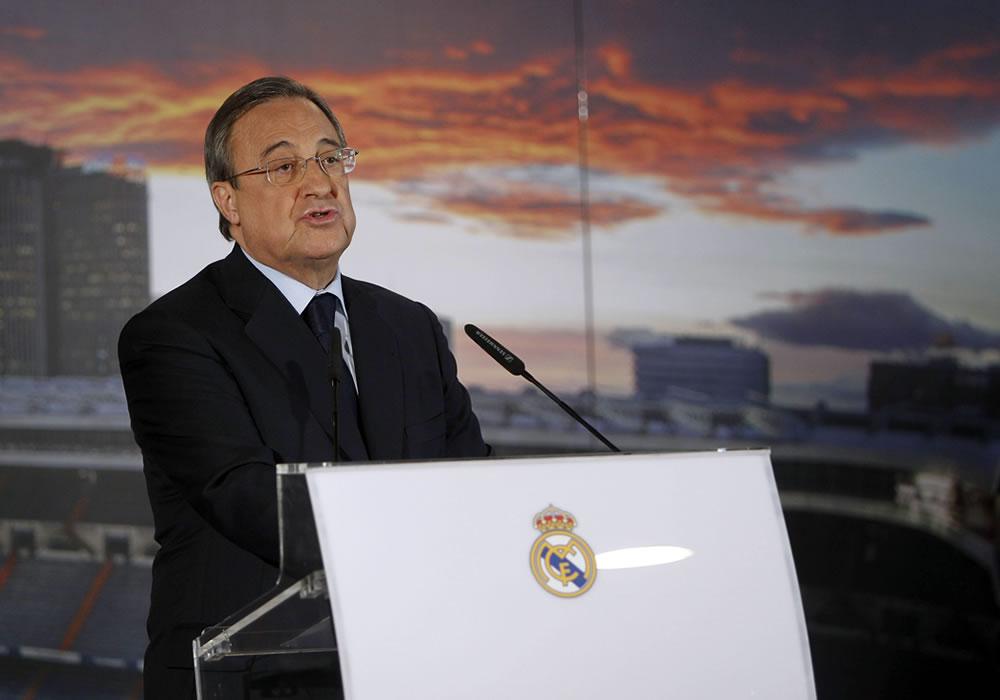 El presidente del Real Madrid, Florentino Pérez, ante los medios de comunicación con las cuentas del ejercicio 2013/2014, en el palco de honor del estadio Santiago Bernabéu. EFE