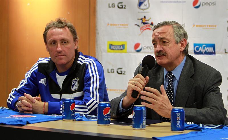 El presidente del club colombiano Millonarios, Enrique Camacho Matamoros (d), presenta al técnico argentino Ricardo Lunari. Foto: EFE