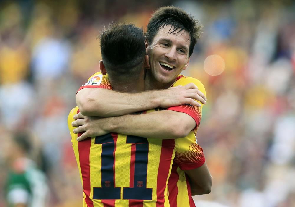 El brasileño del FC Barcelona Neymar jr. celebra con su compañero, el argentino Lionel Messi (d), la consecución de su segundo gol ante el Athletic Club. Foto: EFE