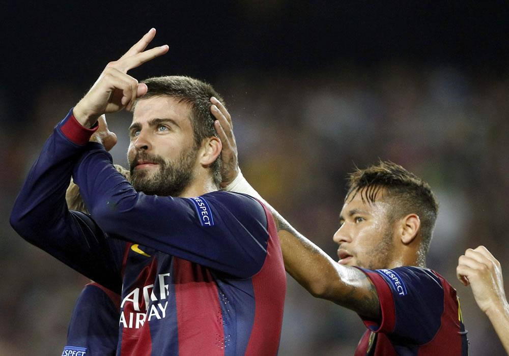 El defensa del FC Barcelona Gerard Piqué (i) celebra el gol que acaba de marcar, el primero de su equipo ante el Apoel. Foto: EFE
